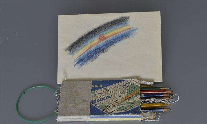 Bức tranh đầu tiên của nhân loại được vẽ ngoài không gian và hộp bút màu Alexei Leonov đã mang lên tàu vũ trụ Voskhod 2. Ảnh: psiqueacademy.es