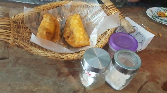 Món bánh Empanada chấm với giấm ớt là đặc sản ở Vigan.
