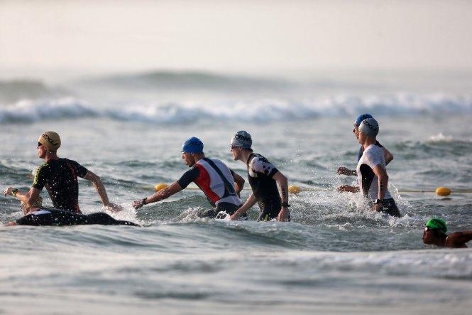 Phần thi bơi ở cuộc thi Ironman Đà Nẵng. Ảnh: Nam Khánh