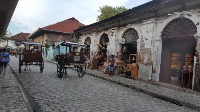 Đường phố Vigan chủ yếu là xe ngựa và xe ba bánh với thùng xe bên hông đủ màu sắc.