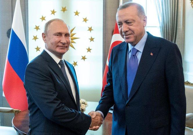 Ông Putin (trái) đã đứng ra làm trung gian dàn xếp cho sự can thiệp quân sự của Thổ Nhĩ Kỳ vào lãnh thổ Syria do ông Erdogan phát động. Ảnh: Reuters