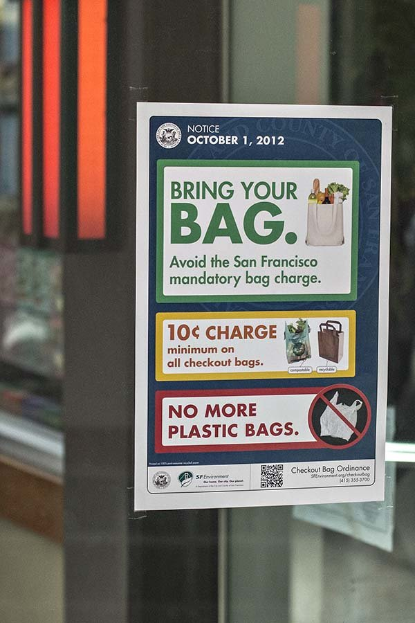 Bảng thông báo chính sách thu phí túi nilông ở San Francisco. Ảnh: sfcitizen.com