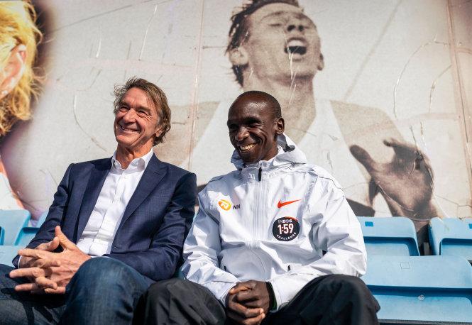 Nụ cười hạnh phúc của tỉ phú Ratcliffe (trái) và Kipchoge sau thành công của phi vụ marathon dưới 2 giờ. Ảnh: The Times
