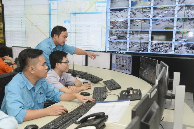 Nhân viên Trung tâm giám sát và điều khiển giao thông đường hầm sông Sài Gòn TP.HCM theo dõi lượng xe qua hệ thống camera. Ảnh: TỰ TRUNG