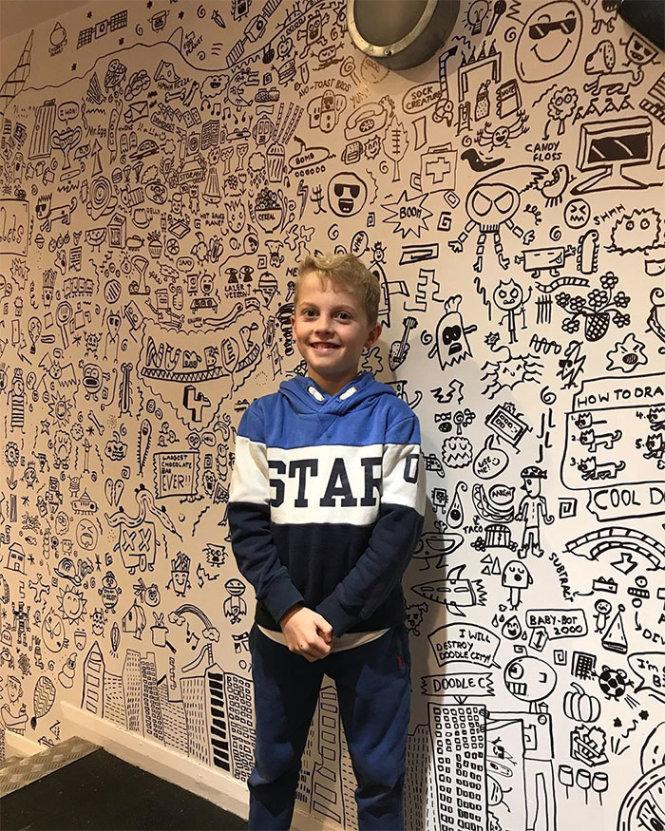 Bé Joe Whale bên bức tường nhà hàng Number 4 mà em vẽ trang trí. -Ảnh: Bored Panda