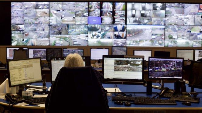 Bên trong phòng quản lý CCTV ở Enfield (London, Anh). Ảnh: Felipe Araujo/Medium