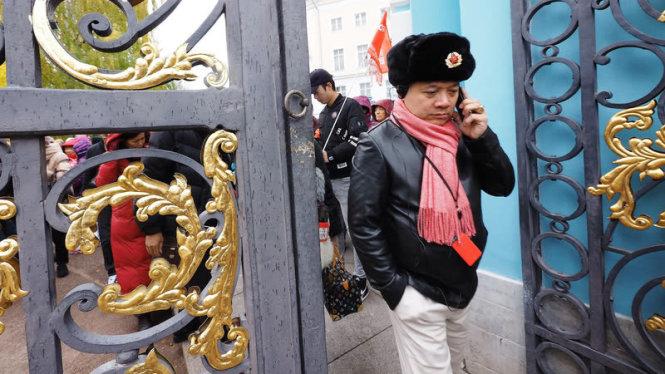 Một hướng dẫn viên du lịch người TQ ở Hoàng Thôn, St. Petersburg. Ảnh: kommersant.ru