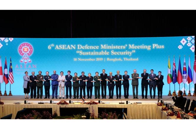 18 bộ trưởng quốc phòng ở ADMM-Plus Bangkok. Ảnh: MINDEF Singapore