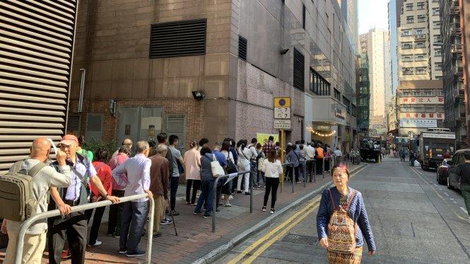 Cử tri Hong Kong xếp hàng chờ tới lượt bỏ phiếu. -Ảnh: npr.org