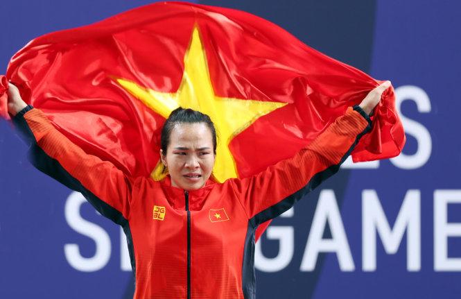 Những giọt nước mắt của Vương Thị Huyền trên bục nhận huy chương. Ảnh: Đồng Đăng