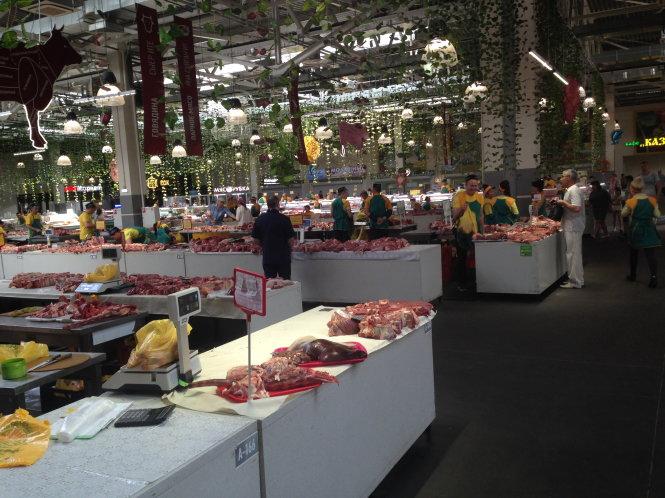 Trong một góc chợ cực kỳ sạch sẽ, thịt lợn và thịt bò bán gần nhau.