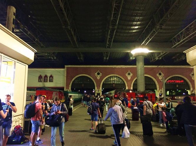 Ga Kazansky ở Moskva lúc 11 giờ đêm vẫn tấp nập khách đợi tàu.