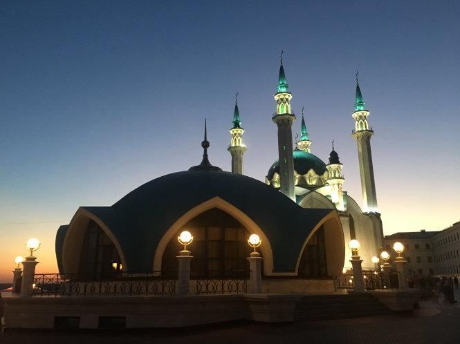 Đền thờ Kul Sharif với những tháp cao vút trong đêm trắng.
