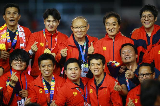 Hàng trên từ trái sang: HLV thủ môn Thế Anh, HLV thể lực Park Sung Gyun, HLV Park Hang Seo, trợ lý HLV Lee Young Jin và Lee Jung Hak (phiên dịch tiếng Anh). Ảnh: Nguyễn Khánh