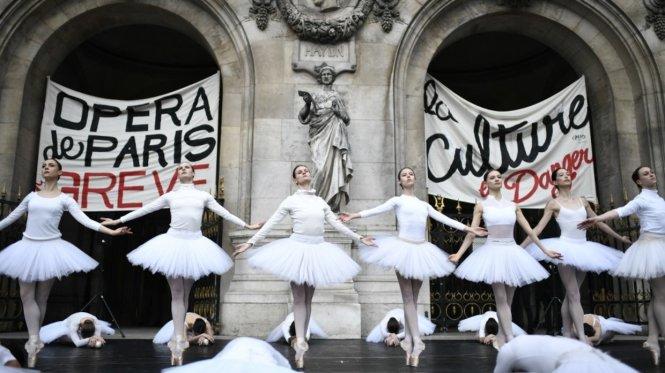 Các vũ công balê Nhà hát Opera Paris biểu tình chống chính sách lương hưu mới của chính quyền Pháp. Ảnh: AFP