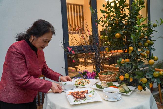 Nghệ nhân Nguyễn Thị Tuyết bên ba món ăn cổ mà bà vừa nấu. -Ảnh: Nguyễn Hiền