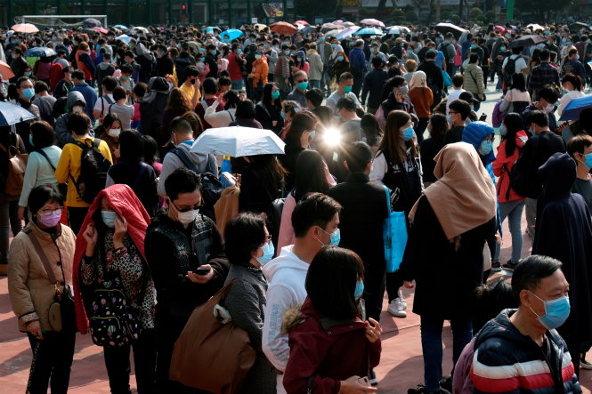 Người dân xếp hàng mua khẩu trang ở Hong Kong. Ảnh: Reuters