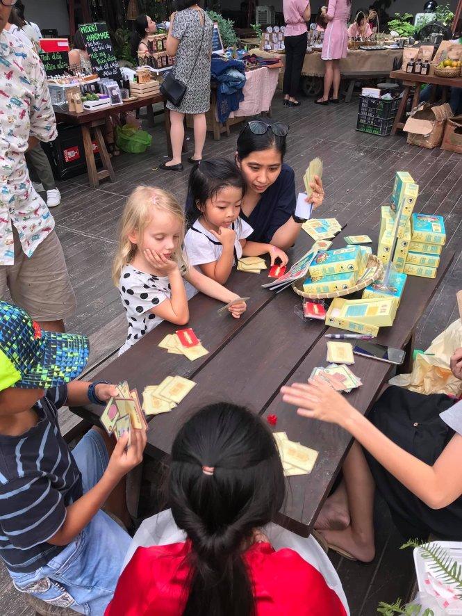 Trẻ em nước ngoài thử chơi Lên Mâm tại một sự kiện. Ảnh: Ngũ Hành Games