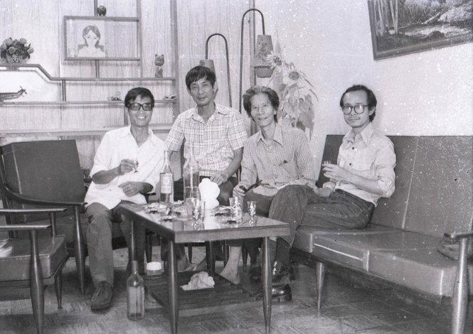 (Từ trái qua phải) Nhiếp ảnh Hà Tường - họa sĩ Trần Trung Tín - họa sĩ Thái Tuấn - nhạc sĩ Trịnh Công Sơn tại nhà họa sĩ Trần Trung Tín (Sài Gòn) năm 1977.