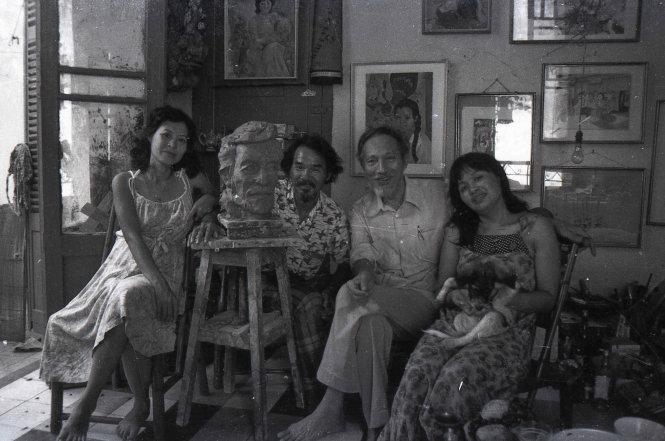 (Từ trái qua phải) Vợ chồng họa sĩ Phạm Văn Hạng - Trần Thị Niêm và vợ chồng họa sĩ Trần Văn Cẩn - nhà điêu khắc Nguyễn Thị Hồng.