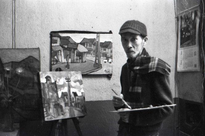 Họa sĩ Bùi Xuân Phái tại xưởng vẽ ở nhà riêng, phố Thuốc Bắc (Hà Nội) năm 1986.