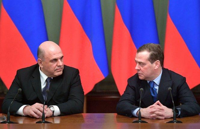 Ông Mishustin (trái) và ông Medvedev. Ảnh: AP