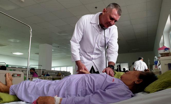 Bác sĩ Piter Martinez Benitez khám bệnh cho bệnh nhân tại Bệnh viện Hữu nghị Việt Nam - Cuba Đồng Hới. Ảnh: QUỐC NAM