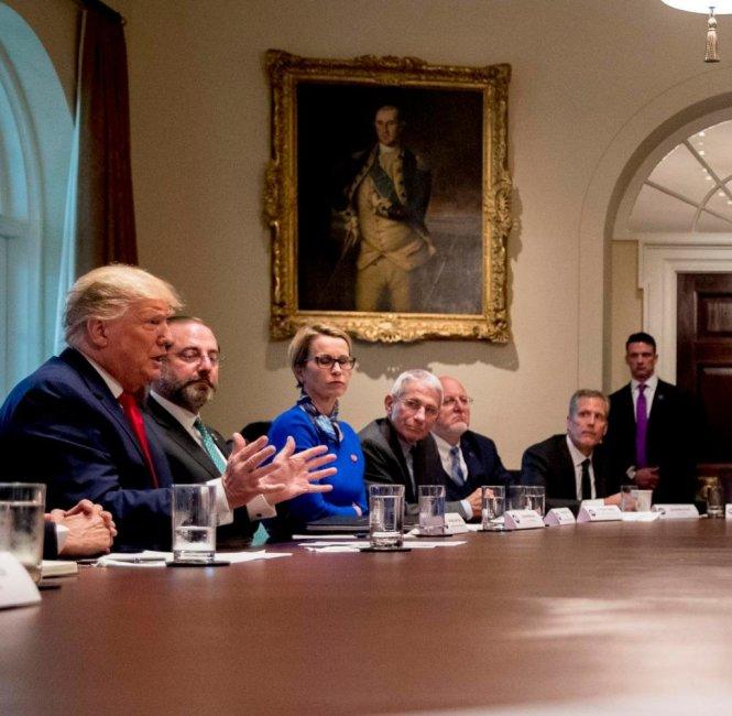 Tổng thống Trump (bìa trái) và tổng giám đốc CureVac Manichella (bên cạnh) trong cuộc gặp ở Nhà Trắng hồi tháng 2. Ảnh: AP