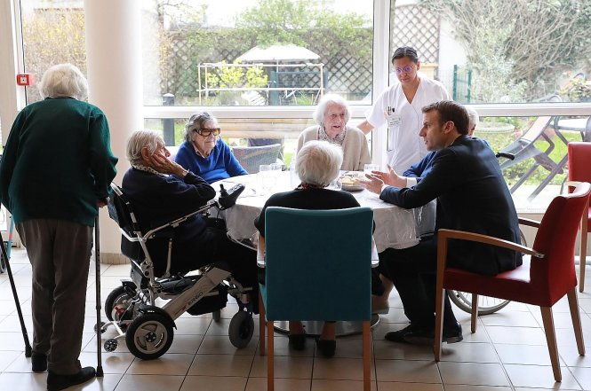 Ông Macron tới thăm một nhà dưỡng lão trong mùa dịch. Ảnh: EPA-EFE