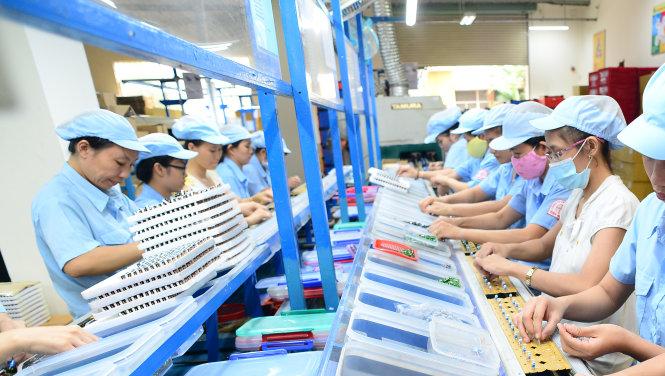 Công nhân trong một dây chuyền sản xuất tại một nhà máy ở Bình Dương. Ảnh: T.T.D.