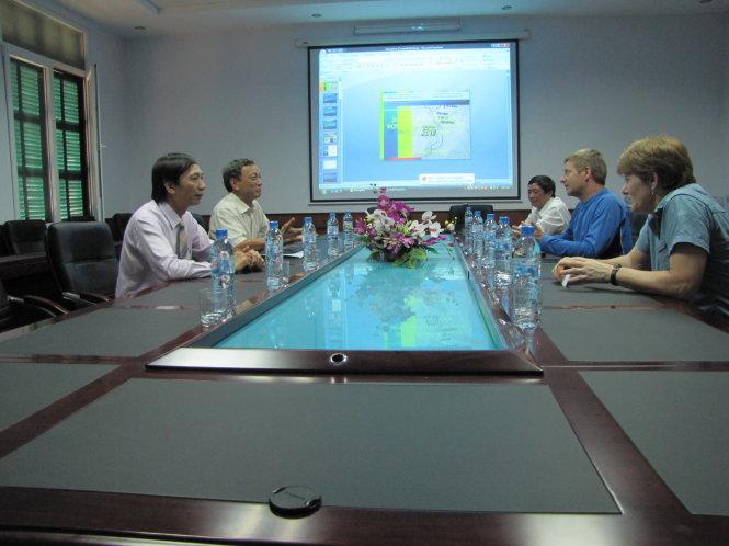 Ông Howard Limbert và vợ (phải) làm việc với lãnh đạo trường ĐH KHTN -  ĐHQG Hà Nội năm 2012. Ảnh: PGS Vũ Văn Phái