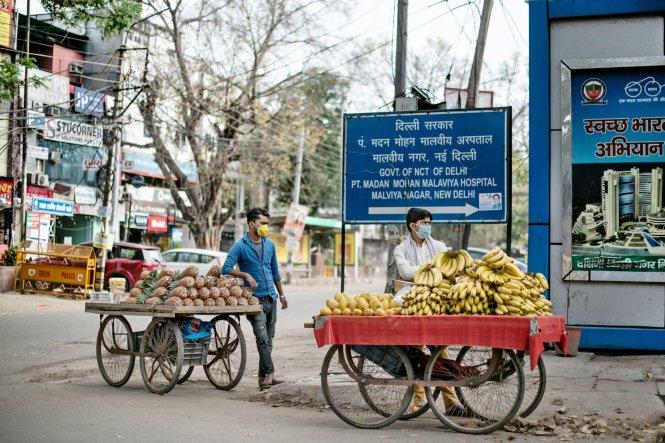 Những người buôn gánh bán bưng ở Ấn Độ đang rất chật vật vì lệnh phong tỏa quá đột ngột. Ảnh: NYTimes