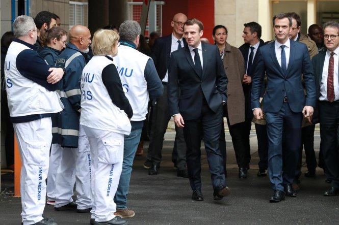 Ông Macron trong một chuyến thăm Bệnh viện Necker, tuyến đầu phòng chống COVID-19 ở Pháp. Ông vẫn rất thân tình và thản nhiên, không khẩu trang, không đồ bảo hộ (ảnh chụp ngày 10-3). Ảnh: Reuters