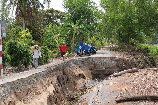 Sụt lún trên tuyến đường Co Xáng - Cơi Năm - Đá Bạc, thuộc vùng ngọt hóa tỉnh Cà Mau. Ảnh: Tấn Thái