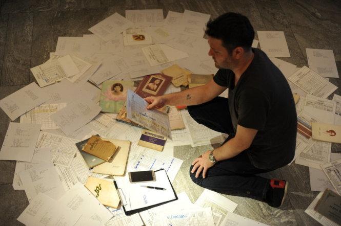 Đầu bếp Jason Bailey của nhà hàng Paste (Thái Lan) đã sưu tập hàng trăm quyển sách tưởng nhớ để học hỏi công thức nấu ăn. Ảnh: Paste
