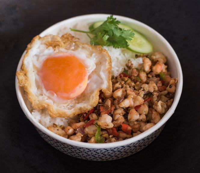 Món cơm thịt cua làm theo công thức trứ danh của bà Somsri Chantra. Ảnh: prestigeonline.com