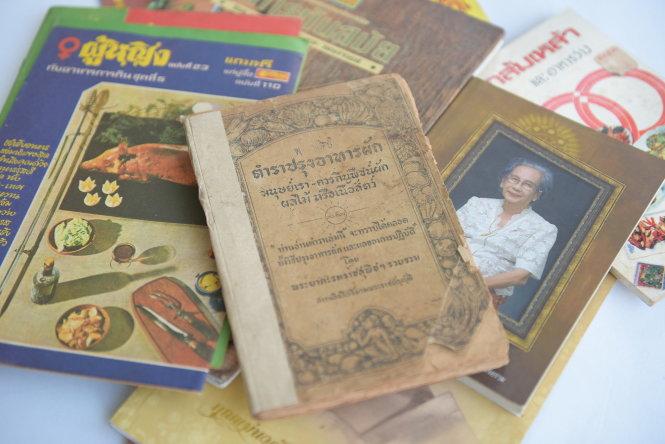 Một quyển sách tưởng nhớ có công thức nấu ăn của hoàng gia. Ảnh: Paste
