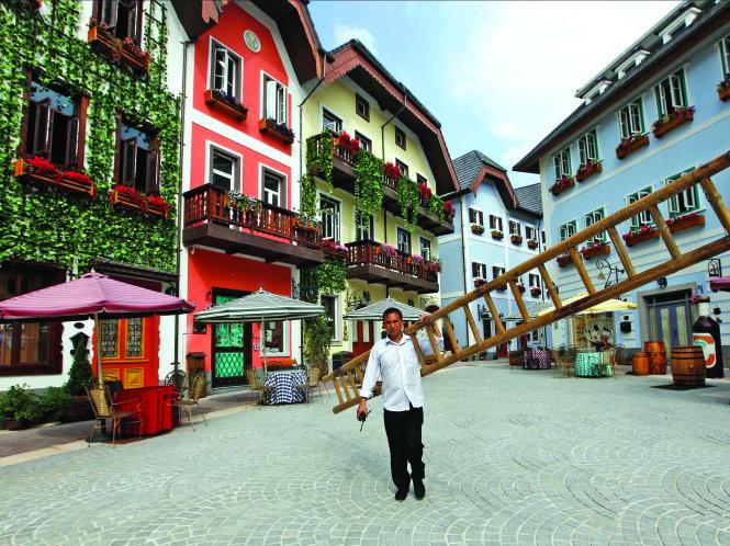 """Làng cổ Hallstatt (Áo) đã được dựng lại """"nguyên đai nguyên kiện"""" ở Trung Quốc. Ảnh: Next Nature"""