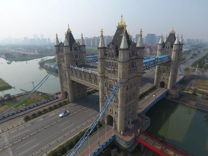 Bản sao cầu London Tower ở thành phố Tô Châu. Ảnh: Reuters