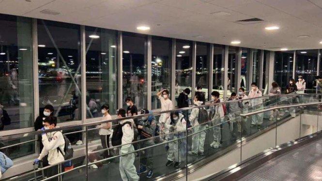 Du học sinh vị thành niên Trung Quốc được đón về nước. Ảnh: 163.com