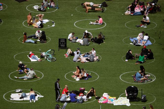 Tận hưởng không gian xanh công cộng thời COVID-19 ở New York. Ảnh: Reuters