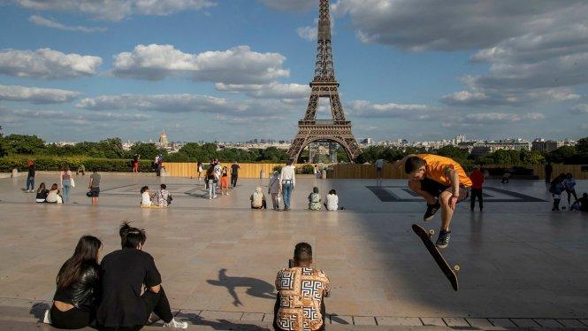 Dù đã mở cửa một phần, Paris vẫn còn thưa thớt người ra đường. Ảnh: ft.com