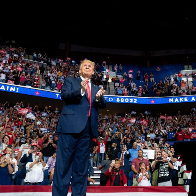 Ông Trump vận động tranh cử ở Tulsa trong một sân vận động với các khán đài trống vắng. Ảnh: The New York Times