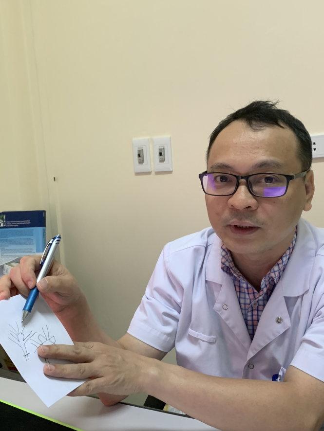Bác sĩ Ngô Mạnh Hùng giải thích lý do vì sao cần nối mạch điều trị. Ảnh: L.ANH