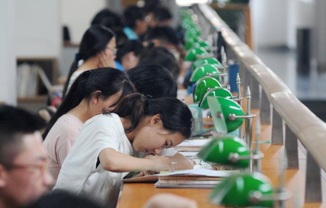 Miệt mài đèn sách giờ không phải là con đường tiến thân duy nhất ở Trung Quốc nữa. Ảnh: CNN
