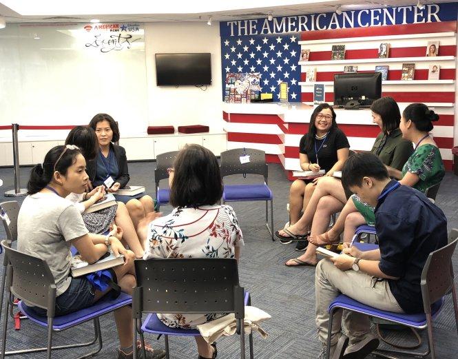 Các bạn trẻ ở câu lạc bộ đọc sách của Trung tâm thông tin Hoa Kỳ. Ảnh: Trung tâm thông tin Hoa Kỳ