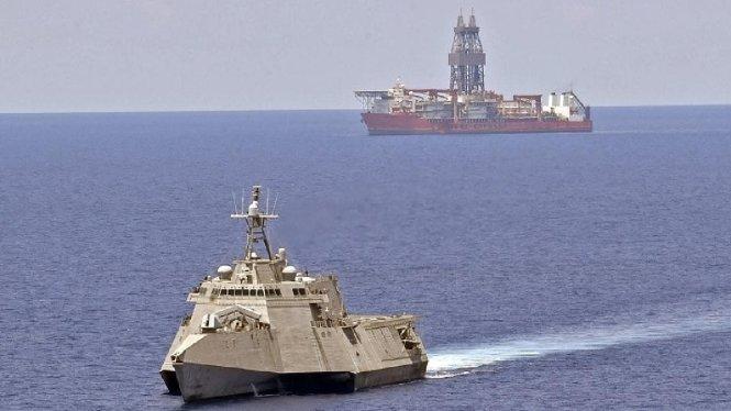 Tàu chiến Mỹ USS Gabrielle Giffords. Ở phía xa là tàu khoan dầu của Malaysia, West Capella. Ảnh: US Navy