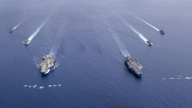 Lực lượng tập kích Nimitz Carrier của Mỹ, bao gồm các tàu sân bay USS Nimitz và USS Ronald Reagan cùng các tàu hộ tống tiến hành tập trận trên Biển Đông. Ảnh: CNN