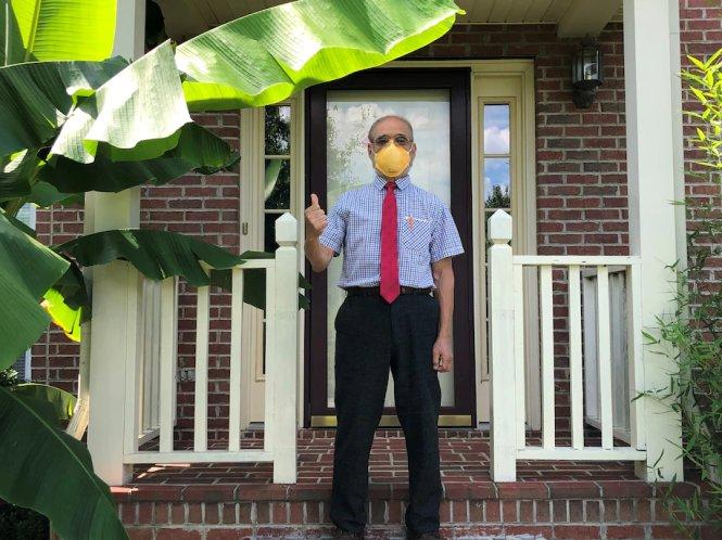 Tiến sĩ Peter Tsai, mang khẩu trang N95 chụp ảnh trước nhà ông ở thành phố Knoxville (Tennessee, Mỹ). Ảnh: Kathy Tsai