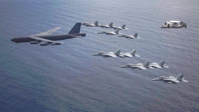 Máy bay ném bom B52 và các máy bay khác của Hải quân Mỹ trên Biển Đông tháng 7-2020.